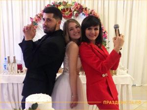 Ведущая свадеб с микрофоном и молодожены