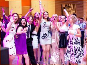 Девушки школьницы радуются на выпускном вечере