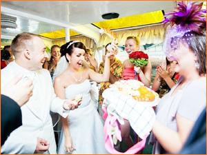 Веселые конкурсы на свадьбе для гостей и молодожен