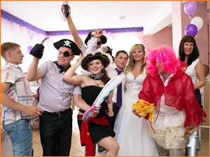 Веселый и классный ведущий с костюмами на свадьбу