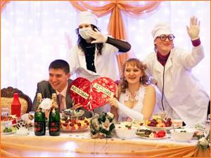 Веселый тамада на свадьбе с костюмами
