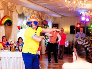 Веселые танцы на празднике друга