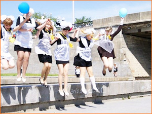 Школьницы веселятся на выпускном