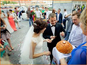 Каравай на свадьбе кусают молодожены