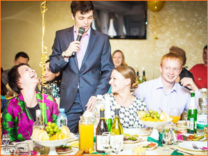 Ведущий веселит гостей на празднике