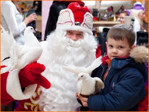 Дед мороз и ребенок на празднике нового года