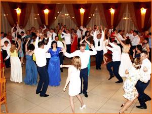 Веселые танцы под музыку на свадьбе