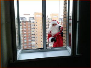 Дед Мороз в окно многоэтажного дома