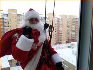 Поздравление Деда Мороза через окно в Красноярске