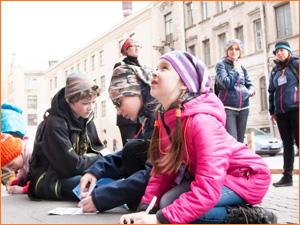 Дети участвуют в квесте по городу