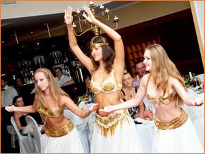 Девушка танцует восточный танец на корпоративе
