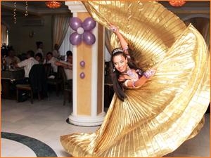 Девушка исполнительница по восточным танцам