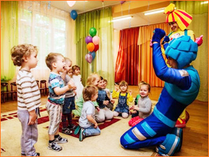Фиксик и Нолик на празднике у маленьких детей