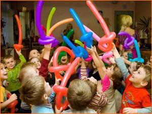 Дети веселятся на дне рождении