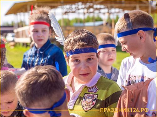 Дети участвуют в квесте ковбои против индейцев