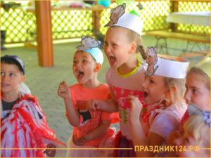 Дети участвуют в конкурсе на тему летний квест