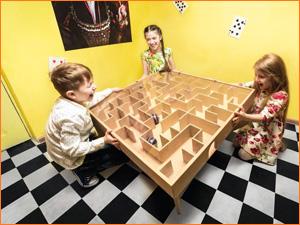 Дети проходят загадку лабиринт в программе квеста