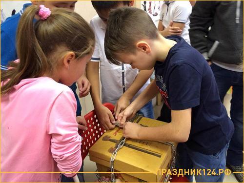 Дети пытаются разгадать загадку по открытию сундука