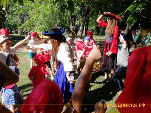 Ведущие пираты развлекают детей на празднике