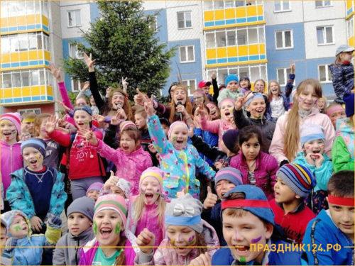 Дети радуются на празднике устроенным управляющей компанией