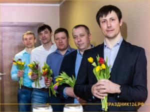 Мужчины с тюльпанами поздравляют на 8 марта