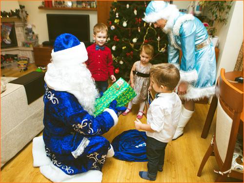 Дед Мороз и Снегурочка поздравляют ребенка на дому