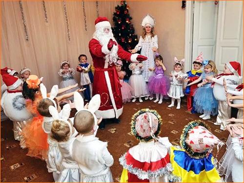 Дед Мороз и Снегурочка в детском саду младшей группы