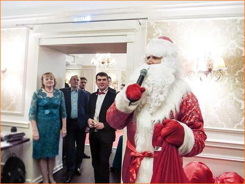 Поздравление от Деда Мороза в офисе компании