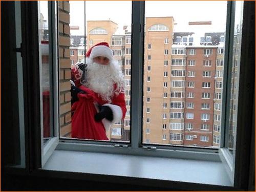 Поздравление Деда Мороза через окно
