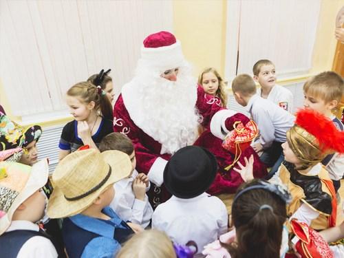 Дед Мороз на утреннике раздает подарки