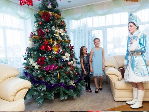 Дед Мороз и Снегурочка поздравляют ребенка дома