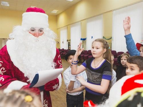 Дед мороз задает загадки детям на празднике