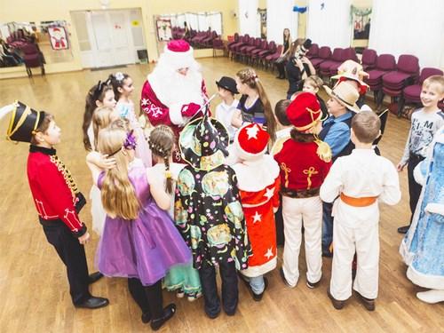 Дед Мороз задает загадки детям