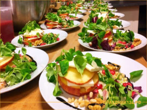 Летний салат с гранатом и помидором