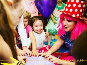 Маленькая девочка с шариком радуется празднику