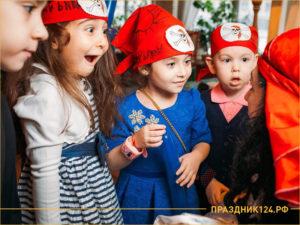 Дети удивленно слушают задание конкурса