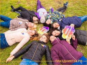 Девушки лежат на природе после тимбилдинга