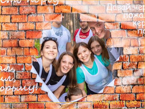 Команда людей смотрит через пролом в кирпичной стене