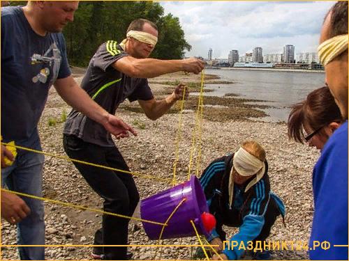 Игра с веревками на берегу реки Енисей
