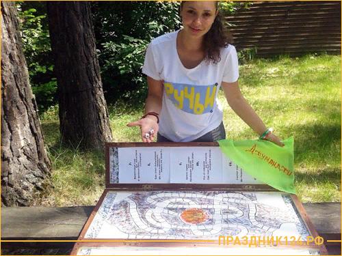 Девушка играет в настольную игру Джуманджи
