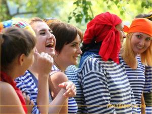 Девушки в полосатых футболках на природе в конкурсе