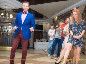 Ведущий танцует с гостями праздника