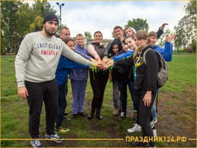 Сплоченная команда людей пожимают руки