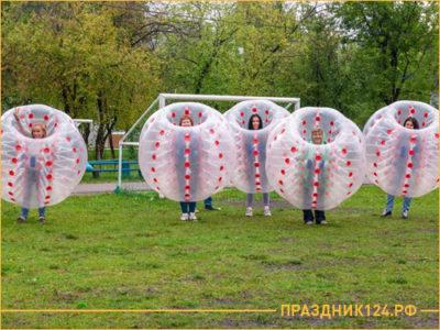 Люди в больших воздушных пузырях для игры на природе