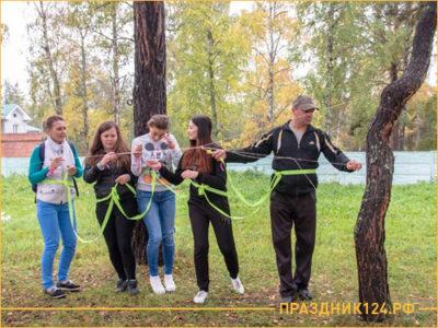 Люди распутывают веревку для игра в веревочный курс