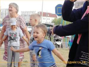 Дети играют во дворе с аниматором