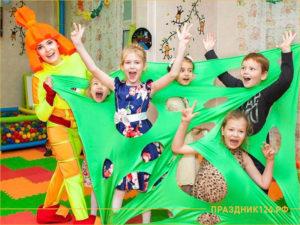 Аниматор фиксик и дети играют в детском саду
