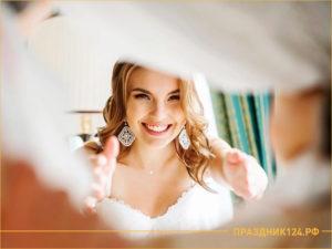 Девушка в свадебном платье протягивает руки