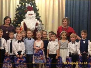Малыши в школе на новогоднем утреннике