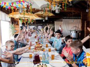 Дети празднуют выпускной начальных классов